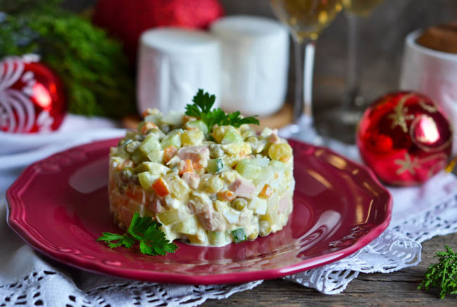 Новогодний салат: оливье с ананасом