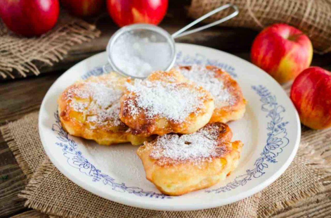 Оладушки из яблок - вкусный летний завтрак